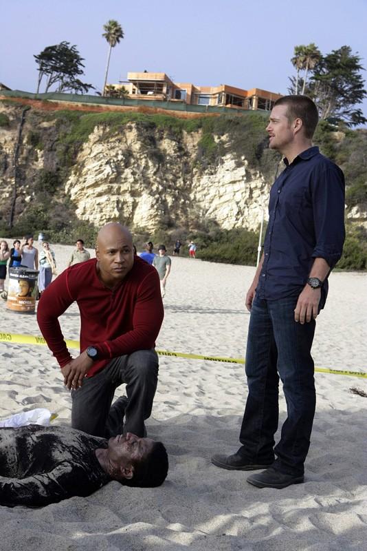 G (Chris O'Donnell) e Sam Hanna (LL COOL J) indagano sul ritrovamento di un cadavere in spiaggia nell'episodio The Only Easy Day di NCIS: Los Angeles