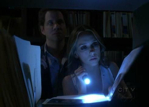 Ghost Whisperer: Jennifer Love Hewitt e Jamie Kennedy (alle sue spalle) in Birthday Presence, primo episodio della stagione 6