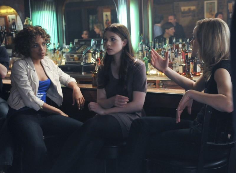 Jaime Lee Kirchner, Michelle Trachtenberg e Taylor Schilling in una scena dell'episodio Can We Get That Drink Now? della serie Mercy