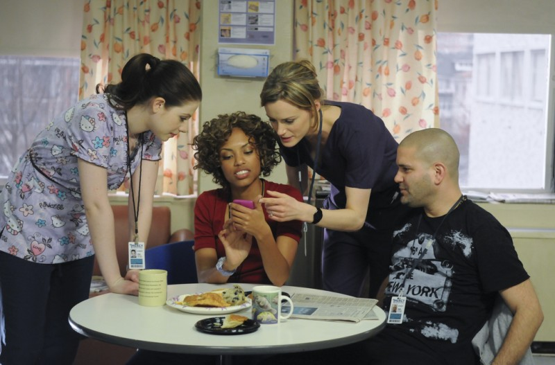 Jaime Lee Kirchner, Michelle Trachtenberg, Taylor Schilling e Guillermo Diaz in una scena dell'episodio Can We Get That Drink Now? della serie Mercy