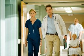James Tupper e Taylor Schilling nell'episodio I Believe You Conrad della serie Mercy