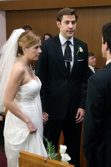Jenna Fischer e John Krasinski in un momento dell'episodio Niagara di The Office