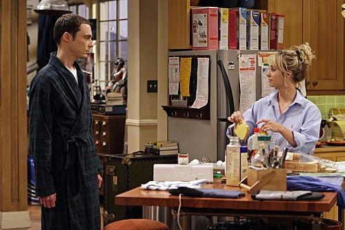 Jim Parsons e Kaley Cuoco in una scena dell'episodio The Gothowitz Deviation della serie The Big Bang Theory