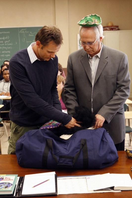 Joel McHale e Chevy Chase in una scena dell'episodio Spanish 101 della serie Community