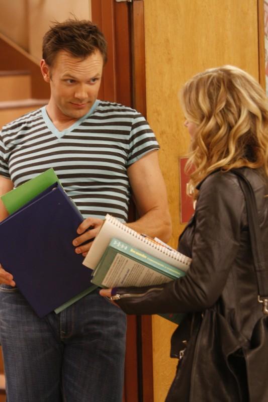 Joel McHale e Gillian Jacobs in una scena dell'episodio Spanish 101 della serie Community