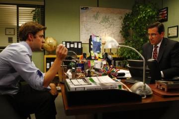John Krasinski e Steve Carell in una scena dell'episodio The Meeting della serie The Office