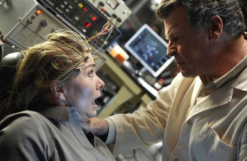 John Noble in una scena dell'episodio Momentum Deferred di Fringe