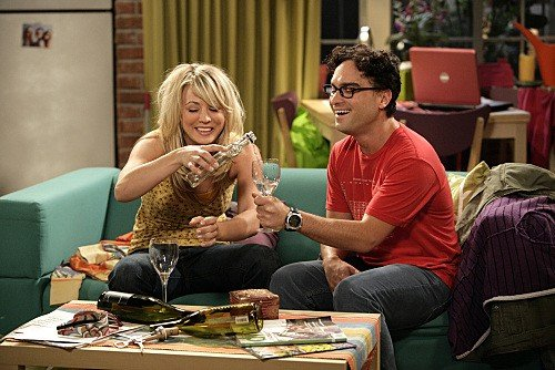 Johnny Galecki e Kaley Cuoco in una scena dell'episodio The Jiminy Conjecture di The Big Bang Theory