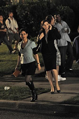 Julianna Margulies ed Archie Panjabi in una scena dell'episodio Stripped della serie The Good Wife