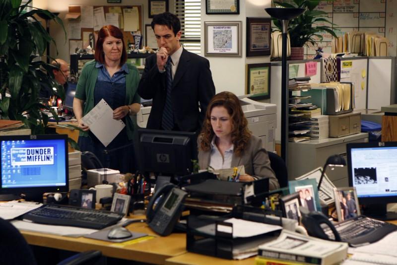 Kate Flannery, B.J. Novak e Jenna Fischer nell'episodio Gossip della serie The Office