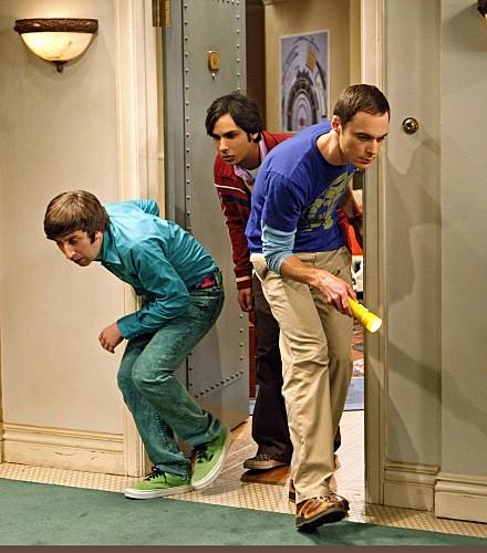 Kunal Nayyar, Jim Parsons e Simon Helberg alla ricerca di un grillo nell'episodio The Jiminy Conjecture di The Big Bang Theory