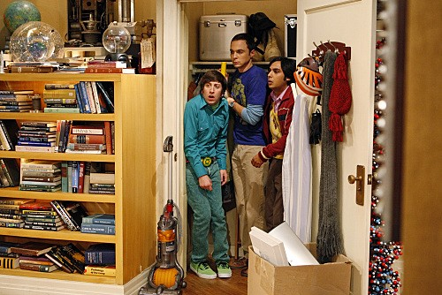 Kunal Nayyar, Jim Parsons e Simon Helberg in un momento dell'episodio The Jiminy Conjecture di The Big Bang Theory