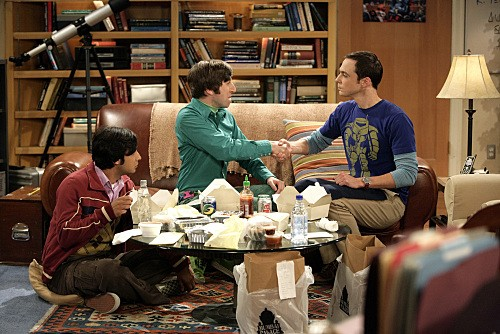 Kunal Nayyar, Jim Parsons e Simon Helberg in una scena dell'episodio The Jiminy Conjecture di The Big Bang Theory