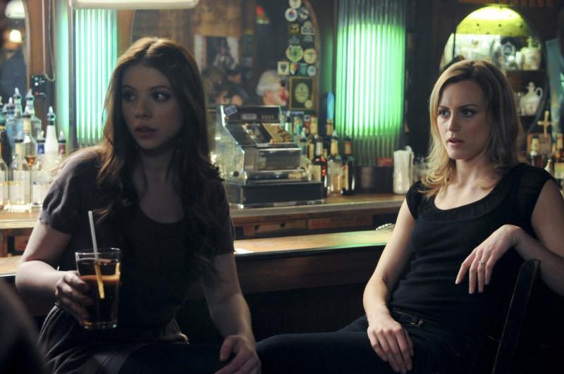 Michelle Trachtenberg e Taylor Schilling in una scena dell'episodio Can We Get That Drink Now? della serie Mercy