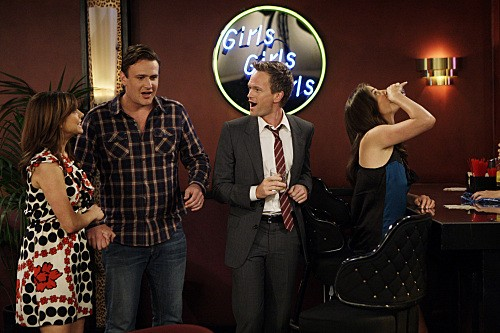 Neil Patrick Harris, Jason Segel, Cobie Smulders ed Alyson Hannigan in una scena dell'episodio Double Date di How I Met Your Mother
