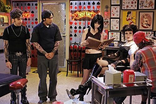 Simon Helberg e Kunal Nayyar in un momento dell'episodio The Gothowitz Deviation della serie The Big Bang Theory