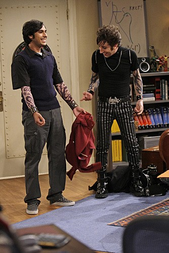 Simon Helberg e Kunal Nayyar in una immagine dell'episodio The Gothowitz Deviation della serie The Big Bang Theory
