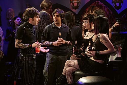 Simon Helberg e Kunal Nayyar in una scena dell'episodio The Gothowitz Deviation della serie The Big Bang Theory