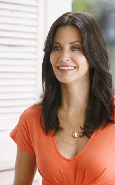 Una sorridente Courteney Cox nell'episodio I Won't Back Down di Cougar Town