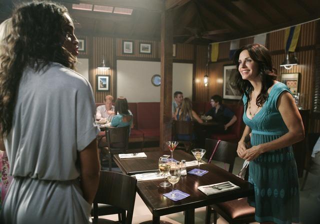 Yasmin Deliz e Courteney Cox in una scena dell'episodio Into The Great Wide Open di Cougar Town