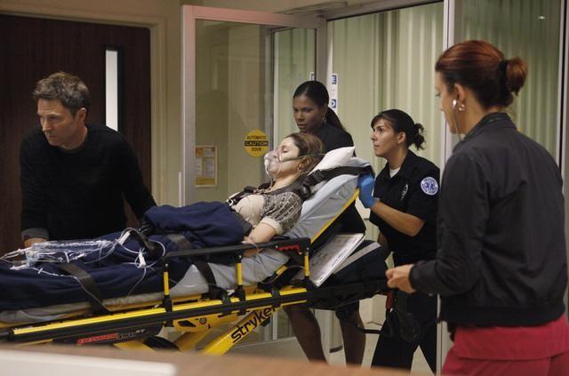 Amy Brenneman, Kate Walsh e Timothy Daly in una scena dell'episodio A Death in the Family di Private Practice