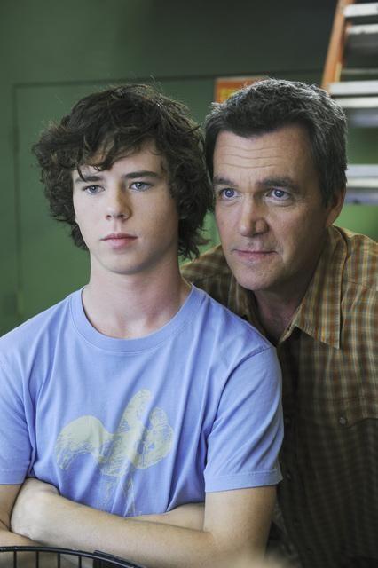 Charlie McDermott e Neil Flynn in una scena dell'episodio The Cheerleader della serie The Middle