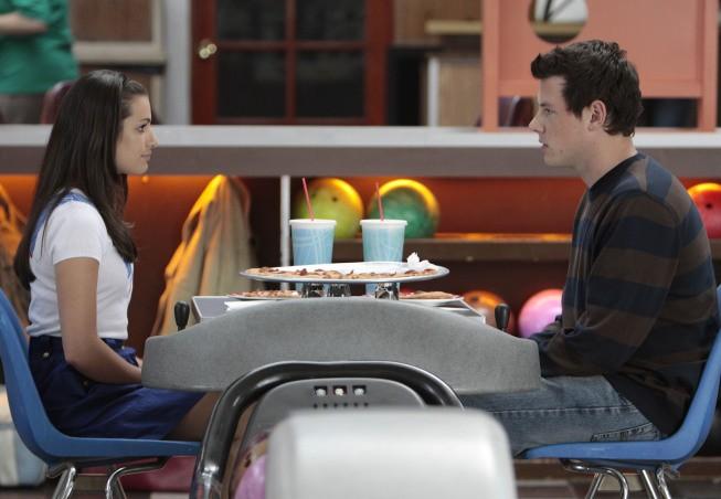 Cory Monteith e Lea Michele in una scena dell'episodio The Rhodes Not Taken della serie Glee