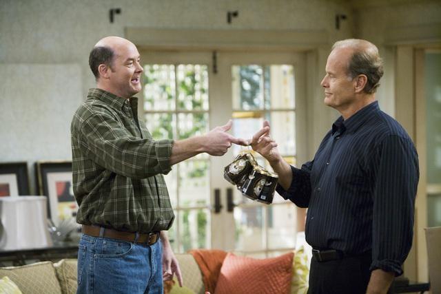 David Koechner e Kelsey Grammer in una scena del pilot della serie Hank