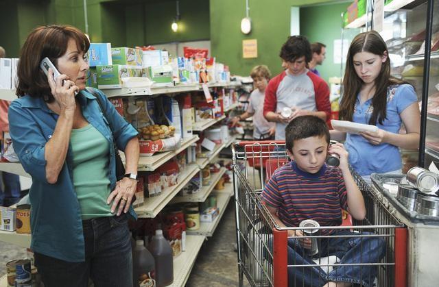 Eden Sher, Atticus Shafer, Patricia Heaton e Charlie McDermott nell'episodio The Cheerleader della serie The Middle