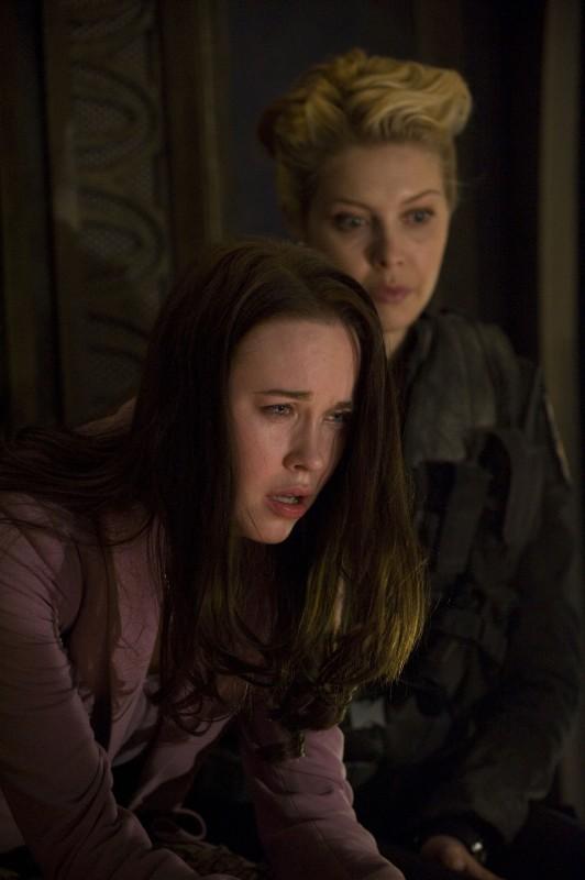 Elyse Levesque ed Alaina Kalanj in una scena delle premiere di Stargate Universe