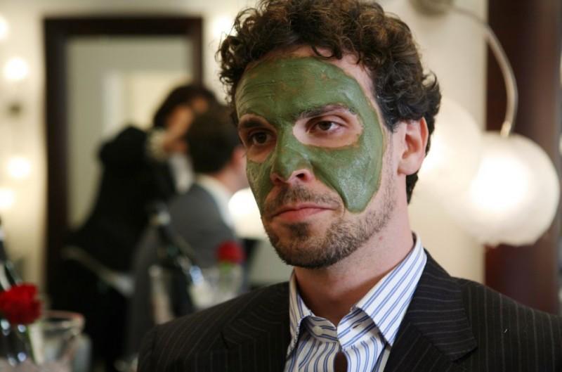 Francesco Montanari in una scena del film Oggi Sposi