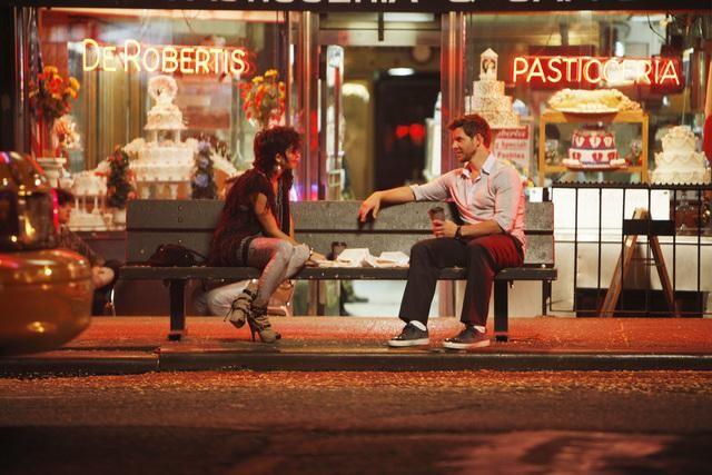 Jamie-Lynn Sigler ed Eric Mabius in una scena dell'episodio Blue on Blue della serie Ugly Betty