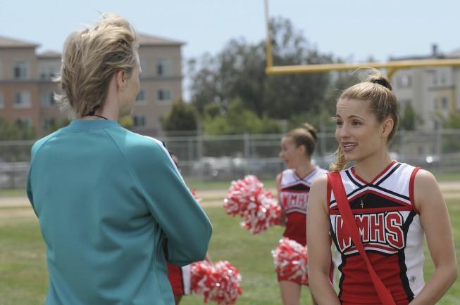 Jane Lynch e Dianna Agron in una scena dell'episodio Vitamin D della serie Glee