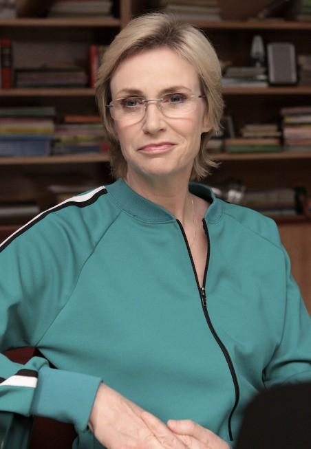 Jane Lynch in una scena dell'episodio Takedown della serie Glee