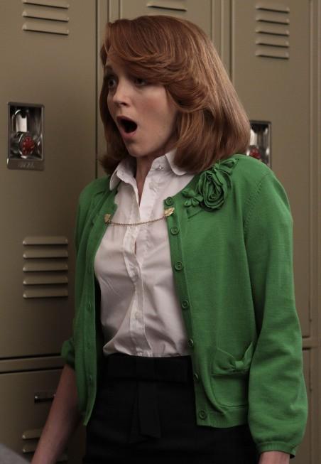 Jayma Mays in una scena dell'episodio The Rhodes Not Taken della serie Glee