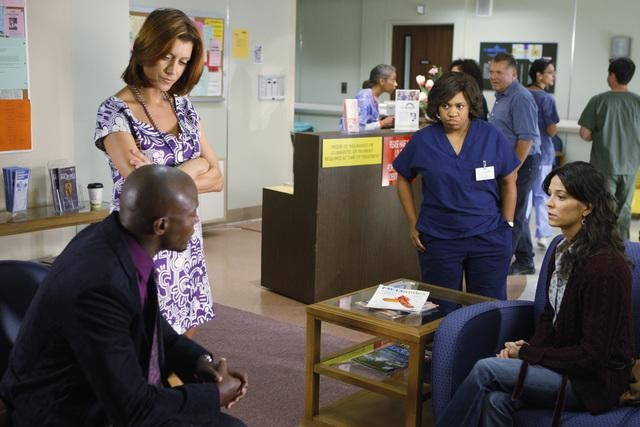 Kate Walsh, Chandra Wilson e Taye Diggs in una scena dell'episodio Right Here, Right Now della serie Private Practice