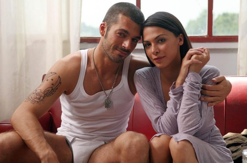 Luca Argentero e Moran Atias in un'immagine del film Oggi Sposi