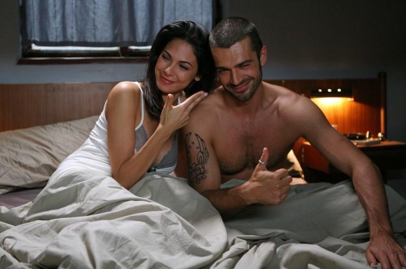 Luca Argentero e Moran Atias in un'immagine del film Oggi Sposi diretto da Luca Lucini