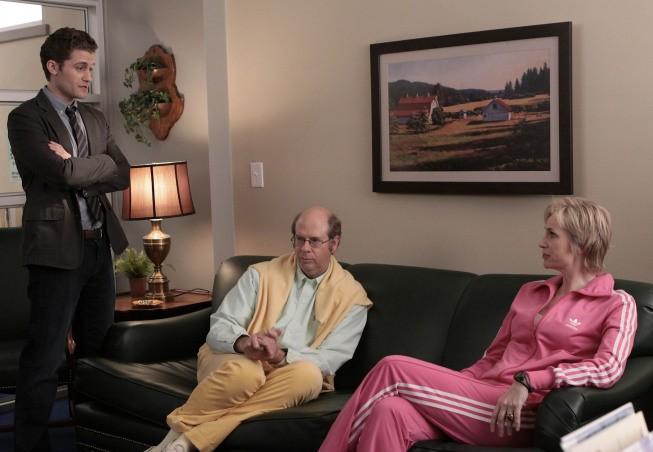 Matthew Morrison, Stephen Tobolowsky e Jane Lynch in una scena dell'episodio Preggers della serie Glee