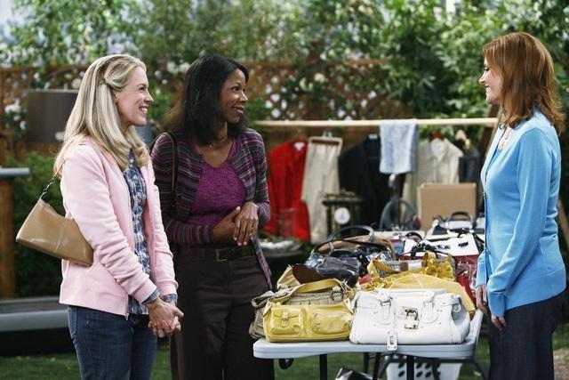 Melinda McGraw, Jessica St. Clair e Judith Moreland una scena dell'episodio Yard Sale della serie Hank