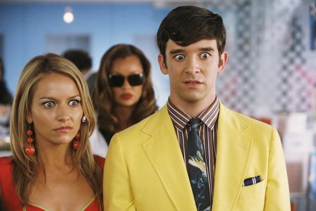 Michael Urie e Becki Newton nell'episodio Blue on Blue della serie Ugly Betty