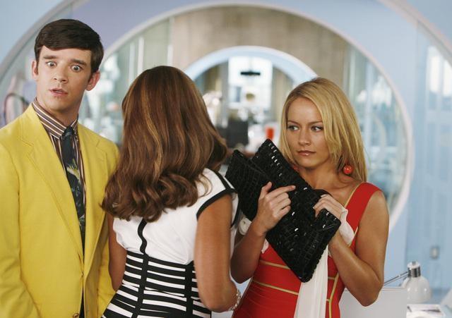 Michael Urie, Vanessa Williams e Becki Newton in una scena dell'episodio Blue on Blue della serie Ugly Betty
