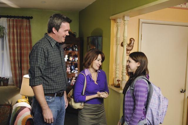 Patricia Heaton, Neil Flynn ed Eden Sher in una scena del pilot della serie The Middle