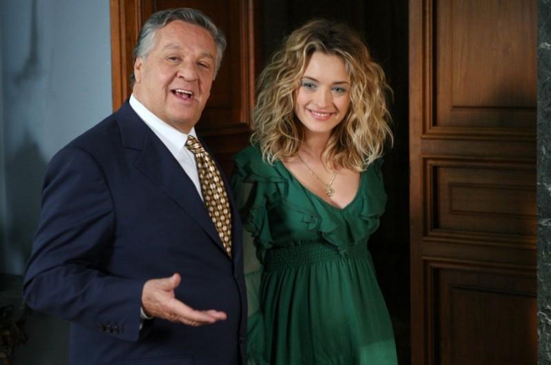 Renato Pozzetto e Carolina Crescentini in una scena del film Oggi Sposi