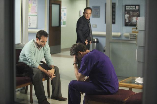 Timothy Daly e Paul Adelstein in una scena dell'episodio A Death in the Family di Private Practice