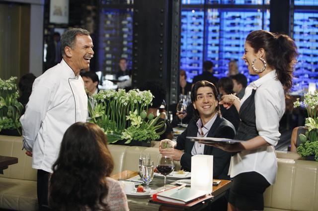 Tony Plana, America Ferrera, Hamish Linklater ed Ana Ortiz in una scena dell'episodio Blue on Blue della serie Ugly Betty