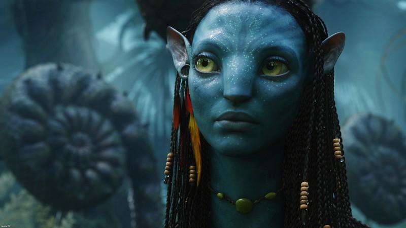 Un primo piano di un Na'vi, abitante di Pandora in una scena del film Avatar
