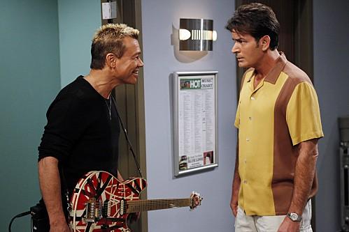 Charlie Sheen ed Eddie Van Halen nell'episodio 818-jklpuzo della settima stagione di Due uomini e mezzo