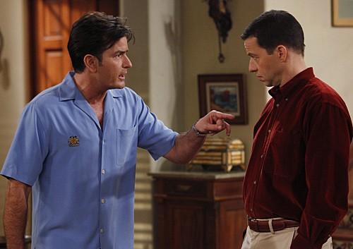 Charlie Sheen ed Jon Cryer nell'episodio 818-jklpuzo della settima stagione di Due uomini e mezzo