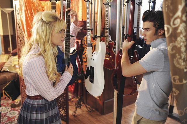 Chelsea Staub e Kevin Jonas in una scena dell'episodio That Ding You Do della serie Jonas